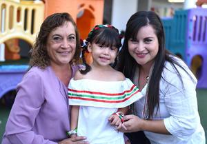 16092017 Ana Paula acompañada de su abuelita, Lupita, y Wendy.