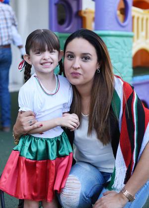 16092017 Elisa con su mamá, Ara.