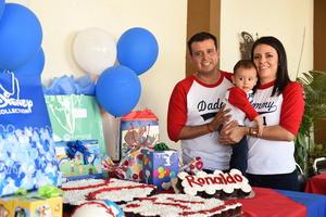 17092017 FESTEJA SU PRIMER CUMPLEAñOS.  Ronaldo Amozurrutia Soto con sus papás, Aldo Amozurrutia Cavazos y Cynthia Soto.