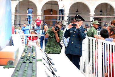Ciudadanos y mandos militares se acercaron para admirar el detalle de vehículos y soldados, que en distintas posiciones mostraban la posición de marcha.