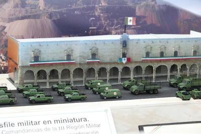 Un montaje realizado en la plaza IV Centenario, en lo que en un comunicado calificaron como inédito, los apasionados colocaron cientos de pequeñas piezas militares para simular el paso del contingente militar por la avenida 5 de Febrero.