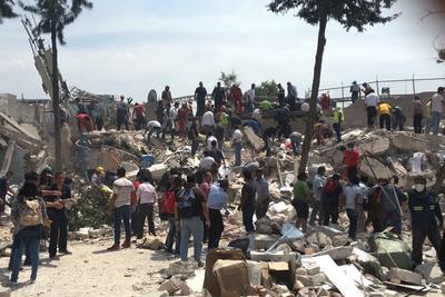 El presidente Enrique Peña Nieto viajaba rumbo a Oaxaca al momento del temblor, pero informó por medio de Twitter que regresaba para atender la situación.
