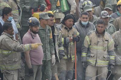 Brigadistas y voluntarios exhaustos continúan con las labores de rescate en los edificios colapsados.