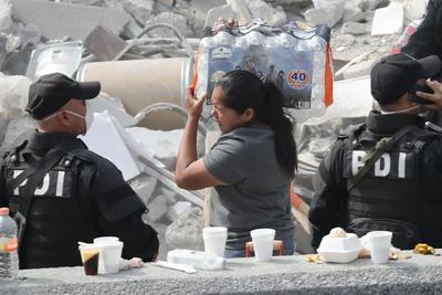 Otras personas acudieron con agua y comida a apoyar.