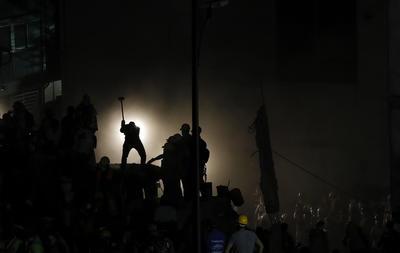 Cientos de mexicanos, entre brigadistas y voluntarios, trabajaron toda la noche para rescatar personas sepultadas.