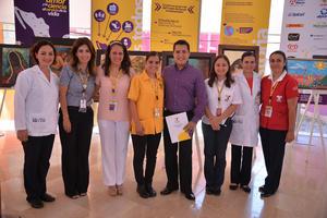 20092017 SEMANA CULTURAL.  Colaboradoras y doctoras del CRIT Durango con Guillermo García Ochoa, quien presentó una exposición pictórica.