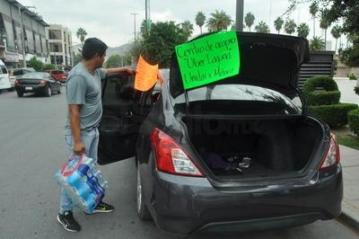 Choferes de Uber en Torreón también se sumaron a la causa a favor de las familias afectadas por el sismo registrado el día de ayer, improvisando un centro de acopio en la Plaza Mayor.