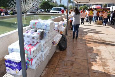 Paquetes con botellas de agua, alimentos enlatados, croquetas, empezaron a llegar.