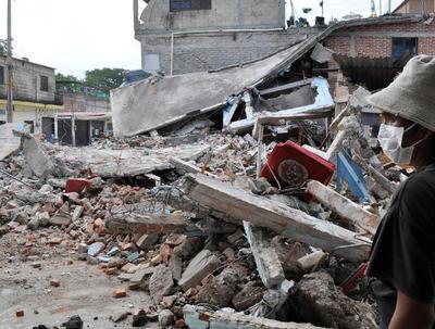 Un habitante que ha comenzado a participar en la recuperación de Jojutla, Morelos mira los efectos del sismo de 7.1 grados del martes 19 de septiembre de 2017.