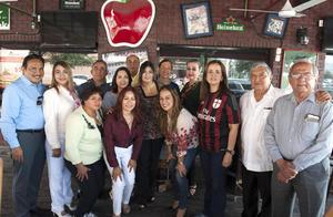 21092017 AMENA CELEBRACIóN.  Integrantes del Club Rotario Torreón Sur ofreció desayuno de cumpleaños generoso a Olga Vela.