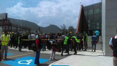 """""""Este simulacro es para evaluar que el edificio y el personal están preparados para una situación de emergencia, sea cual sea, ya sea un sismo, un incendio, inundación e incluso una agresión externa"""", dijo Fernando Escobar."""