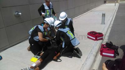 En este mismo espacio y por un lapso de cinco minutos, elementos de Protección Civil representaron un acto de resucitación con una trabajadora participante, en donde se le dio reanimación de 30 segundos por un infarto al miocardio.