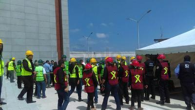 El simulacro dio inicio a la una de la tarde tras activarse la alarma interna, la cual alertó a los trabajadores y público presente para evacuar el área y concentrarse al frente del edificio.