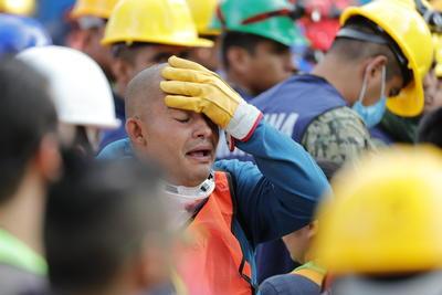 Por protocolo, pararon momentáneamente las labores en los edificios derrumbados.
