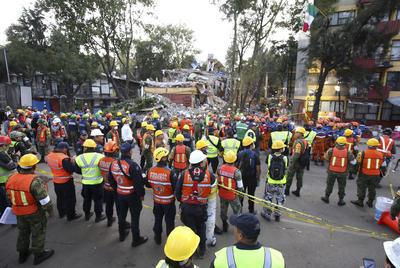 Las labores de rescate se suspendieron con motivo del sismo.