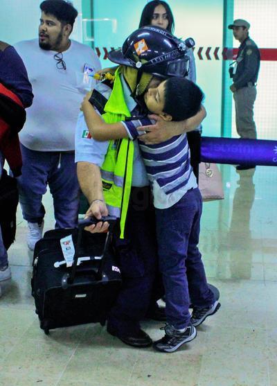 Familiares recibieron con abrazos a los rescatistas.