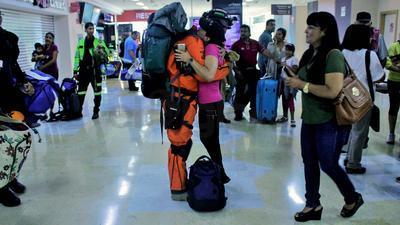 En espera de su arribo se observaban familiares y amigos en el área de llegadas del Aeropuerto Internacional Francisco Sarabia de Torreón.
