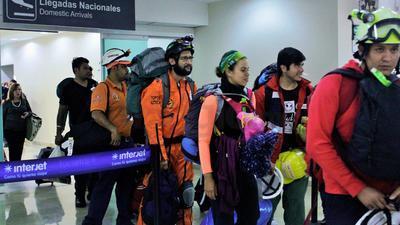 La mañana de este domingo regresaron a Torreón 27 laguneros que brindaron ayuda en las labores de rescate que se llevan a cabo en Ciudad de México después del sismo de 7.1 grados del pasado 19 de septiembre.