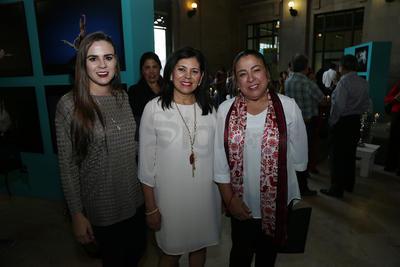 Damas duranguenses durante la inauguración de la exposición del fotógrafo Carlos Quezada.