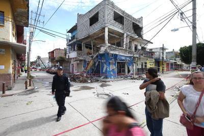 En las calles se ve a cientos de damnificados que han sacado de entre los escombros los pocos muebles y objetos que tenían.