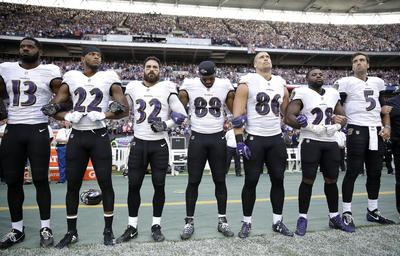 Lo hicieron con la rodilla en tierra, cogidos por los brazos o incluso se negaron a salir del vestuario hasta que no acabó la interpretación del himno nacional.