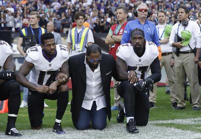 Los jugadores de la Liga Nacional de Fútbol Americano (NFL) realizaron hoy una protesta contra el presidente Donald Trump durante la entonación del himno nacional en los partidos correspondientes a la tercera semana.