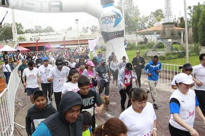 La Rambla del Puente Baluartito fue el escenario donde se llevó a cabo el banderazo y meta de la carrera de convivencia, en donde se realizó una fiesta deportiva.