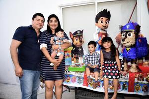 25092017 EN FAMILIA.  El pequeño Claudio junto a sus papás, Alejandro Rivas y Claudia Martínez, y sus hermanitos, Luciana y Alejandro, en su festejo de cumpleaños.