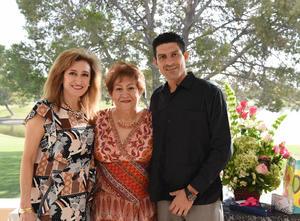 26092017 FESTEJA EN FAMILIA.  Juana María Enríquez Mestas acompañada de sus hijos, Pily y Martín.
