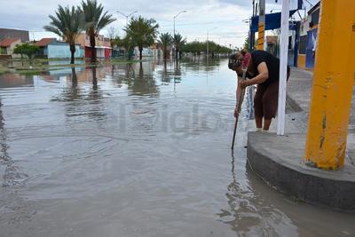 Vecinos salieron a destapar el drenaje por sus propios medios.