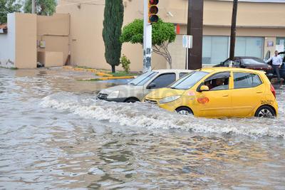 Vehículos enfrentaron las inundaciones en Diagonal Las Fuentes.