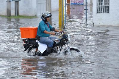 Varios sectores de Torreón amanecieron convertidos en una laguna.