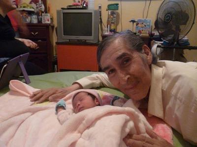 28092017 Arturo Quiñones con su nieta, Victoria.