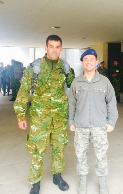 28092017 Segundo Teniente Kyle Post entrena al equipo de paracaídas de la Fureza Aérea Argentina.
