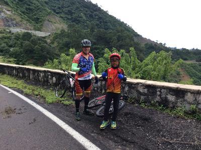 28092017 Gary Pepeluis con su tío Rubén.