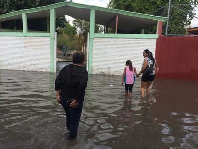 Kínder de Palmas San Isidro se inundó por lo que padres recogían a sus pequeños.
