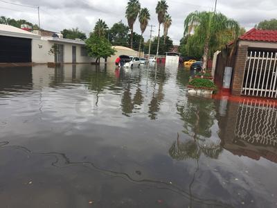 La colonia Palmas San Isidro también presentó afectaciones en sus calles y dejó a vehículos varados.