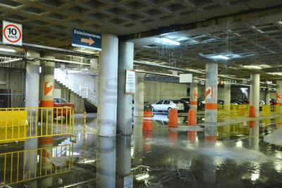 La lluvia se filtraba por el techo del estacionamiento subterráneo de la Plaza Mayor.