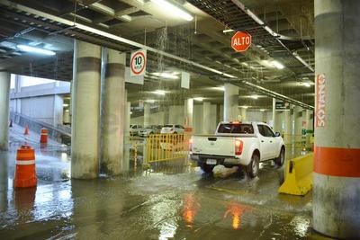 El estacionamiento de la Presidencia Municipal también presentó inundaciones leves.