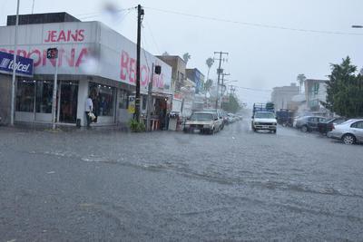 Protección Civil recomendó a los conductores que se alejen de las vialidades inundadas, bulevar Independencia, Constitución y la Cuauhtémoc.