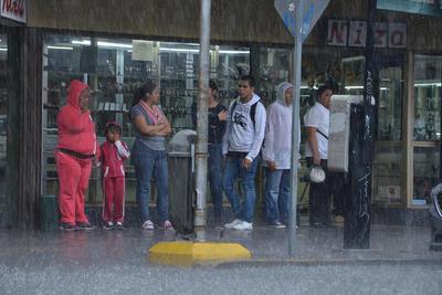 Ciudadanos que transitan a pie quedaron atrapados entre calles pues las lluvia e inundaciones les impedía seguir con su trayecto.
