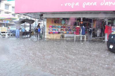 Varios negocios también se vieron afectados por las lluvias pues el agua entró hasta el interior de los establecimientos.