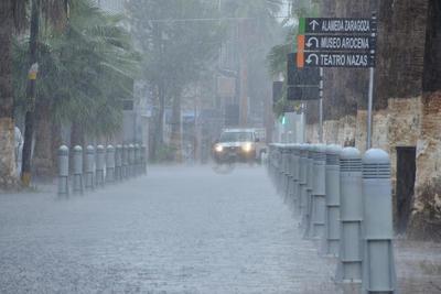 Algunas calles del Centro de Torreón también fueron afectadas por el alto nivel de agua.