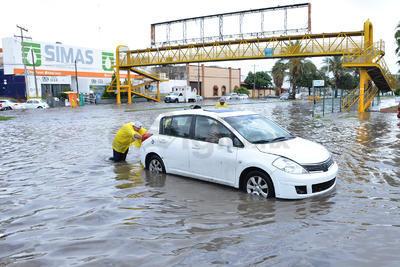 Empleados de Simas también ayudaron a los autos que se quedaron varados entre el agua a moverlos.