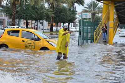 Varios peatones y vehículos quedaron atrapados entre el agua. Algunos conductores decidieron no correr riesgo y tomaron vías alternas.
