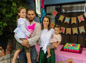 Salvador Cruz y NAtalia Atiyeh y sus pequeñas hijas María Emilia y Amelia Cruz quienes cumplieron 6 y un año de edad, respectivamente