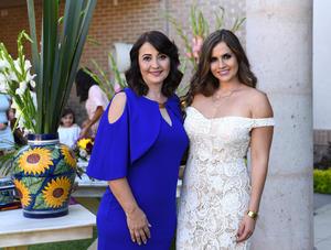 Mariana con Dora Sánchez, organizadora del festejo