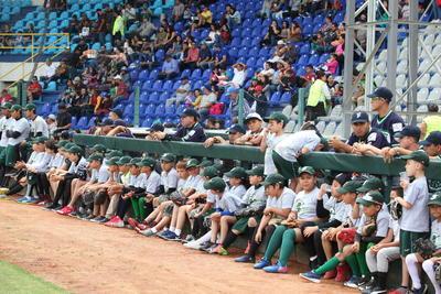 La escuadra infantil de béisbol de los Generales estuvo presente.