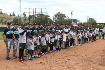 Corta, pero emotiva ceremonia de inauguración y presentación de jugadores se llevó previo al partido.