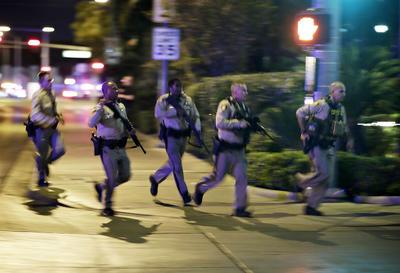 Poco después del tiroteo, la policía ordenó el cierre de una amplia sección del sur del bulevar Las Vegas, que sirve de columna vertebral a la ciudad y es conocido por la sucesión de hoteles y casinos que hay en él, así como varias calles adyacentes de la zona.